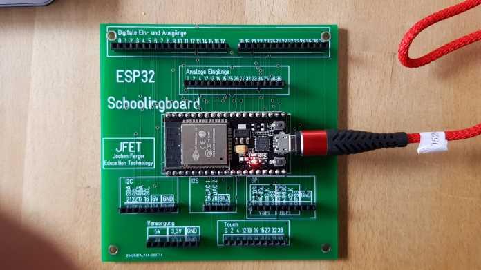 Grüne Platine mit vielen beschrifteten Anschlüssen, auf der ein ESP32-WROOM eingebaut ist.