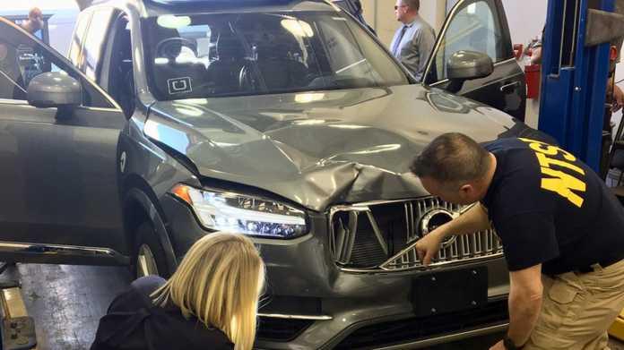 Beschädiger Uber-Volvo wird von zwei NTSB-Beamten inspiziert