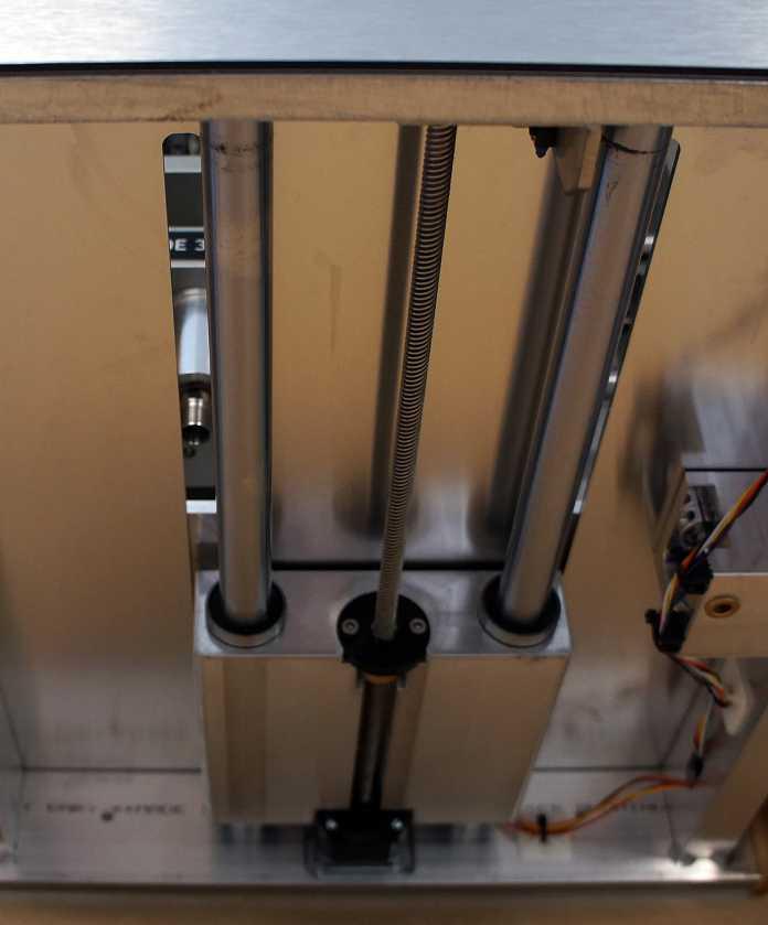 Bei der Nomad Pro wird das Werkstück in Y-Richtung bewegt, das Werkzeug bewegt sich nur in X- und Z-Richtung.