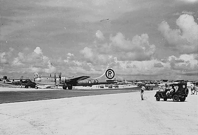 """Der US-Bomber B-29 """"Enola Gay"""" nach dem Angriff."""