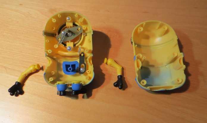 Das Minion-Spielzeug aufgeschraubt, die Original-Mechanik ist sichtbar.