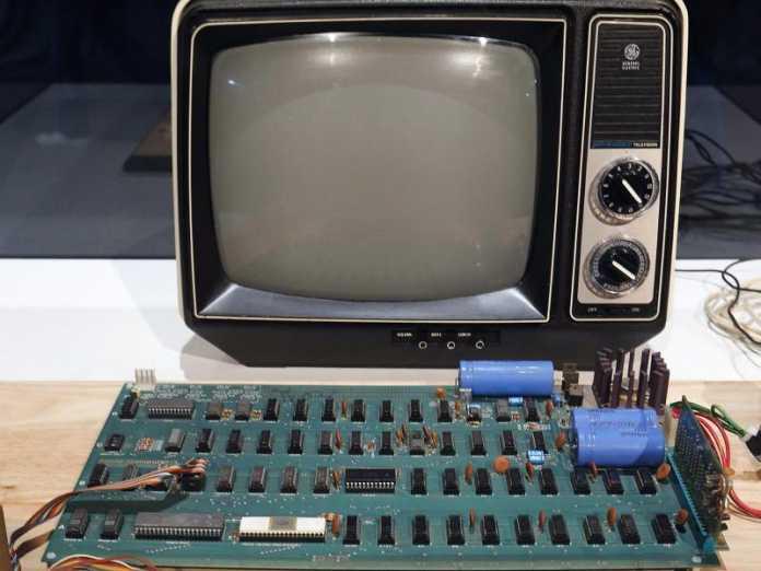 Die ersten Apple-Computer von 1976 bestanden nur aus der Hauptplatine, die Mitgründer Steve Wozniak persönlich zusammenbaute.