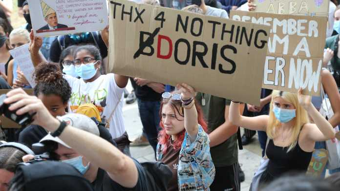"""Fuck the algorithm"": Proteste in London gegen Corona-bedingte Abinotenvergabe"