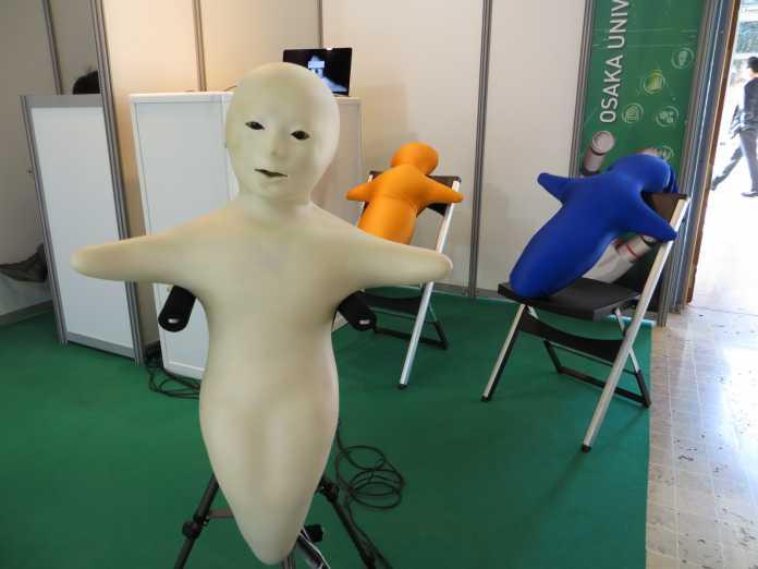 Die an der Osaka University entwickelten Telenoid-Roboter sind bewusst so gestaltet, dass ihnen kein Geschlecht zugeschrieben werden kann.