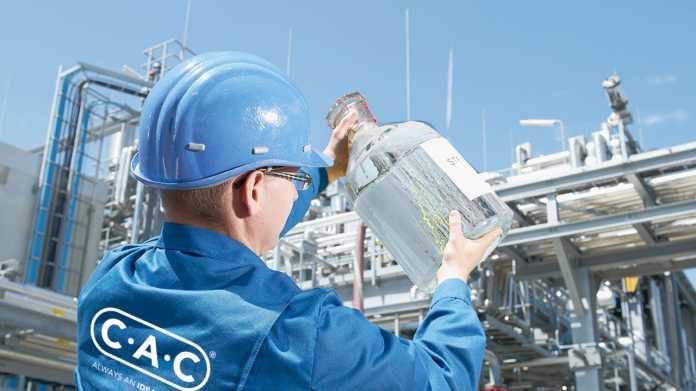 Der Herstellungsprozess beginnt mit der Elektrolyse von Wasser, um Wasserstoff zu gewinnen. Dieser wird mit Kohlendioxid in einer exothermen Reaktion zu Methanol umgewandelt. In einer weitere katalytischen Reaktion kann aus Methanol reines Benzin hergestellt werden.