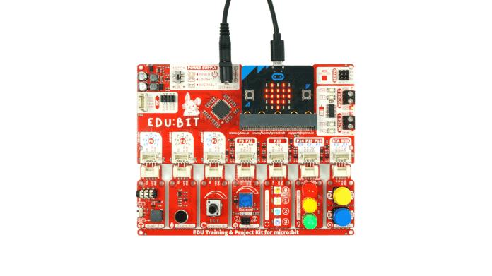 Eine rote Platine mit aufgestecktem BBC Micro:bit.