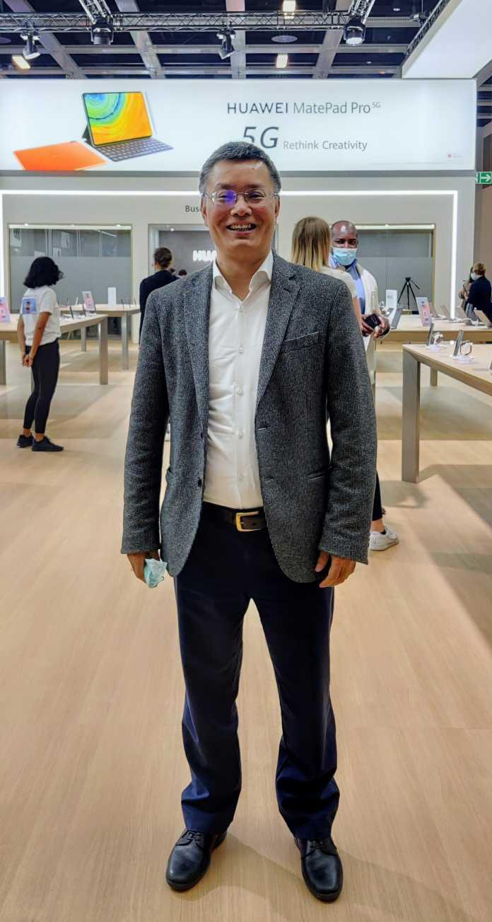 William Tian, Leiter der Consumer Business Group von Huawei in Deutschland, präsentiert sein Unternehmen selbstbewusst am .Stand auf der IFA.
