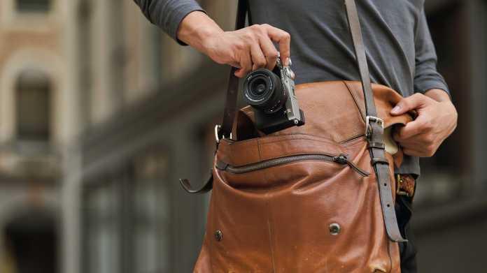 Geschrumpfte Vollformatkamera: Sony A7C mit großem Akku und Mini-Gehäuse