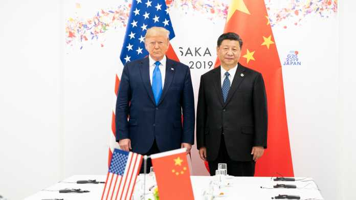 Donald Trump, Xi Jinping, Flaggen der USA und Chinas