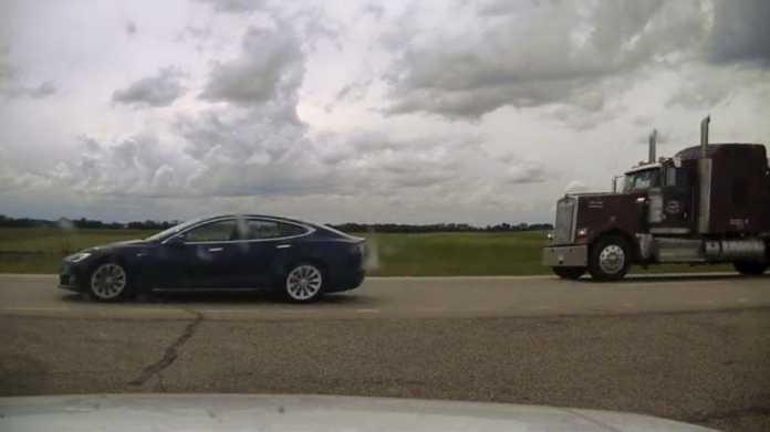 Tesla auf Autobahn, keine Insasssen sichtbar