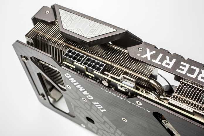 Zwei 8-Pin-Stromanschlüsse vom Netzteil befriedigen den Stromdurst der TUF RTX 3080 OC. Auf der Rückseite ist ein kleiner Schalter für Quiet- und Performance-Modus.