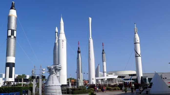 Mehrere aufrecht stehende Raketen
