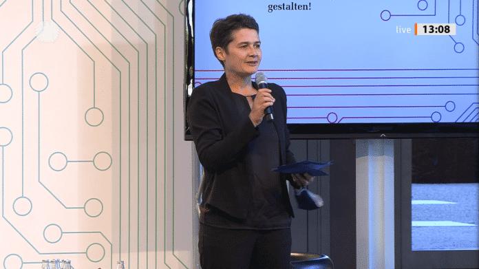 Daniela Kolbe steht auf der Bühne und redet.