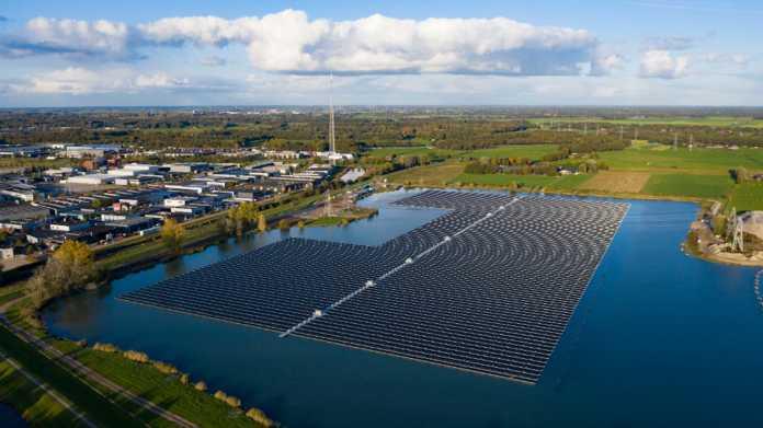 Größte schwimmende Solaranlage auf einem Baggersee nimmt Betrieb auf
