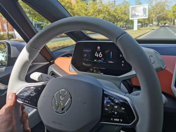 Auf dem Mini-Display hinter dem Lenkrad ist nicht viel Platz für Informationen.