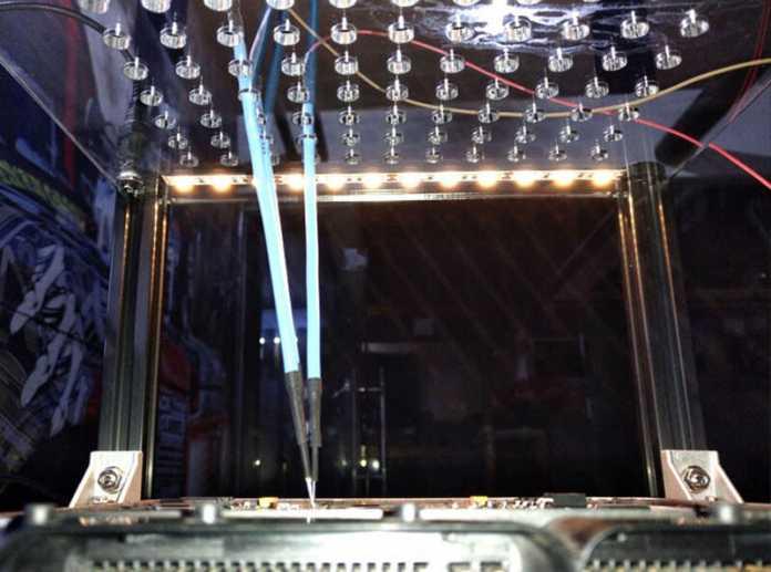 Die Acrylglasplatte enthält 88 Löcher zur Aufnahme der Messspitzen.