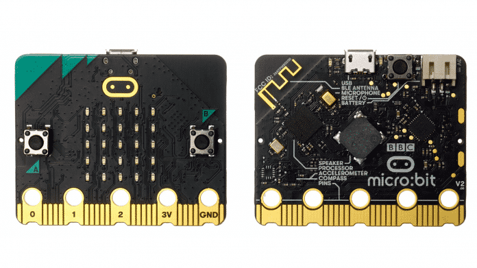 Zwei schwarze Platinen nebeneinander, Front- und Rückseite des BBC Microbit.