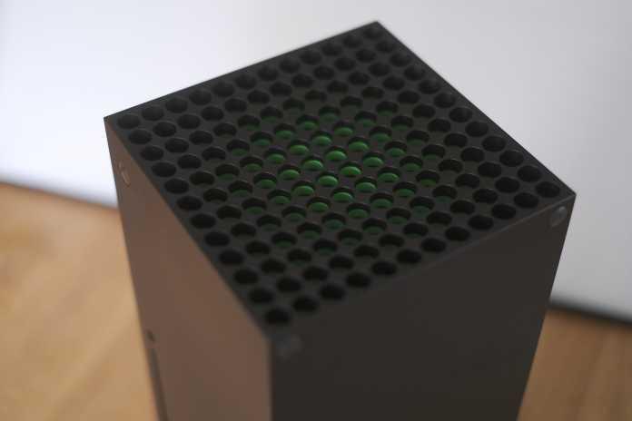 Durch die großen Aussparungen befördert die Xbox Series X die warme Luft aus dem Gehäuse.