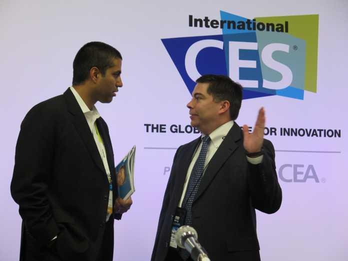 Die beiden republikanischen FCC-Mitglieder auf der International CES 2015 in Las Vegas. Links Ajit Pai, rechts Michael O'Rielly.