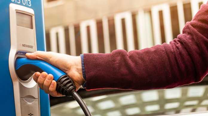 Elektroautos: Verbraucherzentrale mahnt Ladestationsbetreiber ab