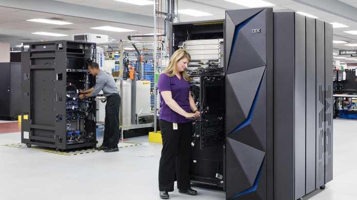 Blonde Dame bestückt IBM Mainframe