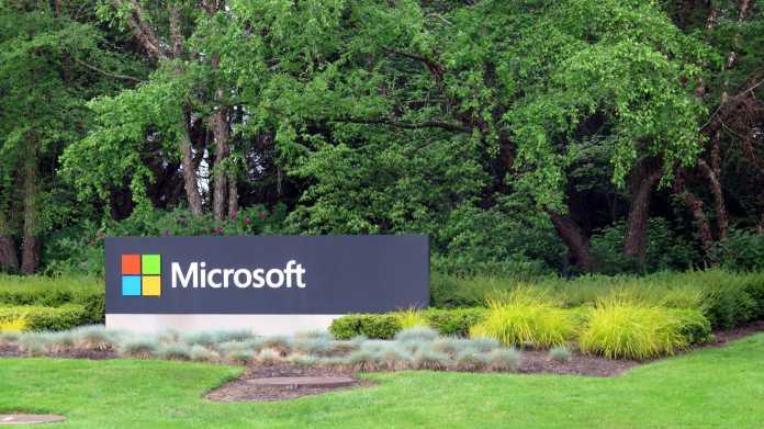 """Schild """"Microsoft"""" an der Einfahrt zum MS-Campus nahe Seattle"""