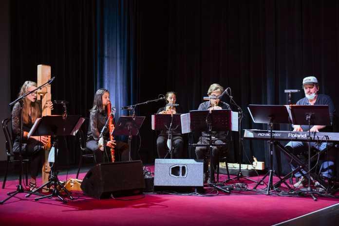 Fünf Musiker werken an ihren Instrumenten