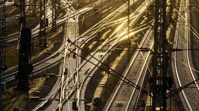 Gleisanlagen in Maschen im Gegenlicht