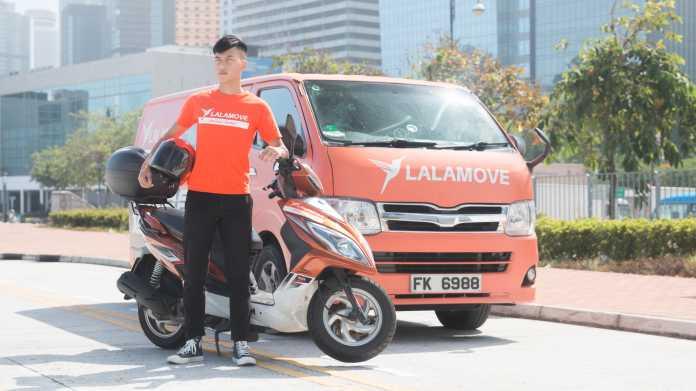 Oranger Van, Moped, Chauffeur in orangem T-Shirt