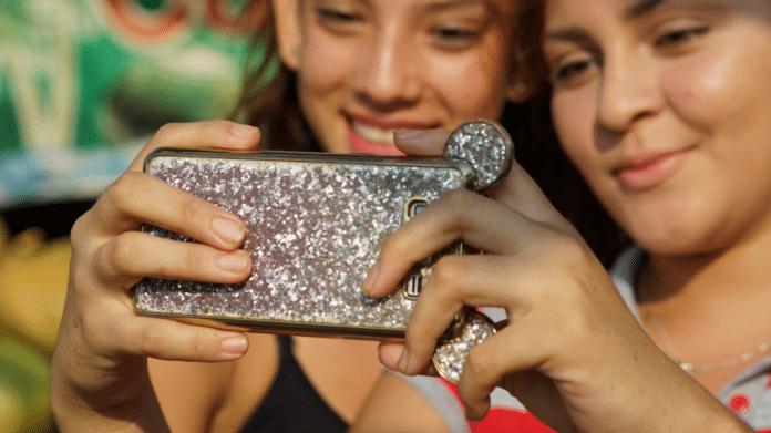 2 Mädchen machen ein Selfie