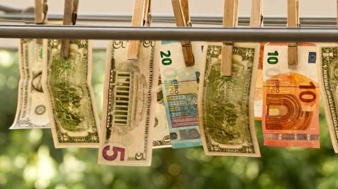 Geldscheine mit Kluppen and Leine zum Trocknen aufgehängt
