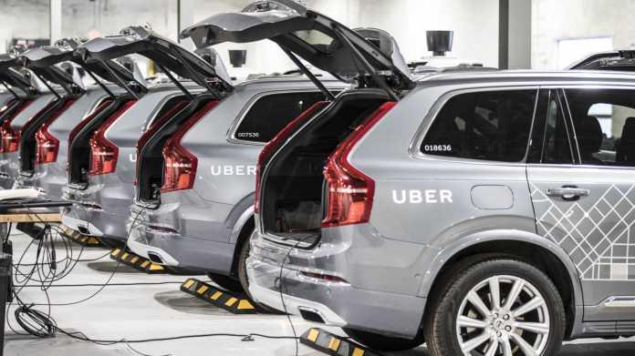 Eine Reihe Uber-Testwägen mit geöffneten Kofferräumen