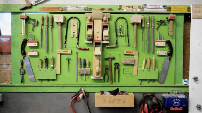 Eine Wand mit vielen Werkzeugen.
