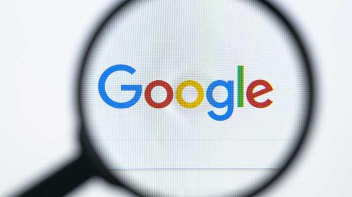 Eingabemaske der Google-Suchmaschine, gesehen durch eine Lupe