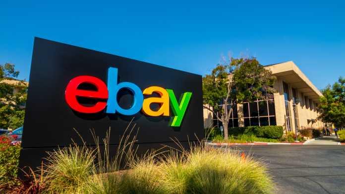 eBay-Schild an Einfahrt zu Grundstück