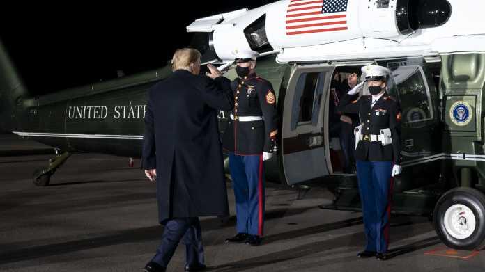 Donald Trump besteigt einen Hubschrauber