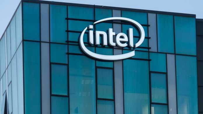 Bürogebäude mit Glassfassade mit Intel-Logo