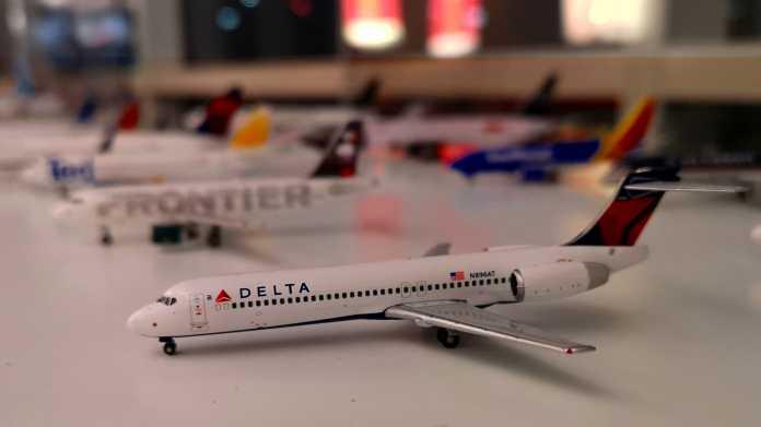 Modell einer Boeing 717 in Delta-Bemalung