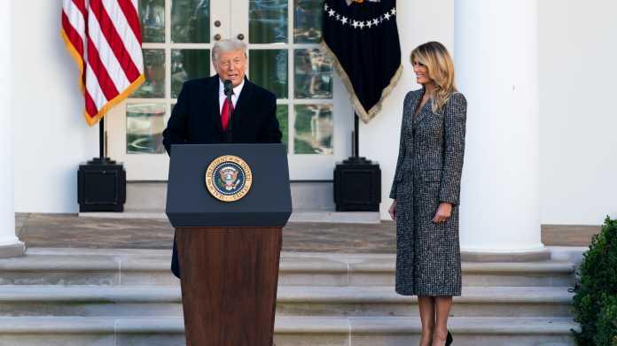 Donald Trump an Rednerpult, danaben seine Frau Melania