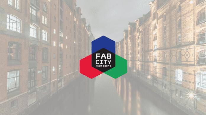 """Logo """"Fab City Hamburg"""" vor der Speicherstadt."""