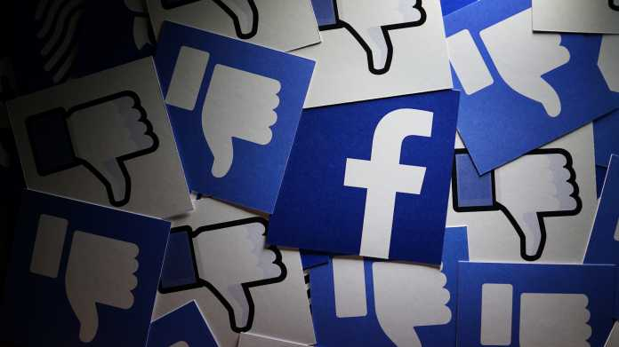 Facebook-Logo umgeben von nach unten zeigenden Facebook-Daumen