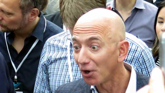 Jeff Bezos mit erstauntem Gesichtsausdruck