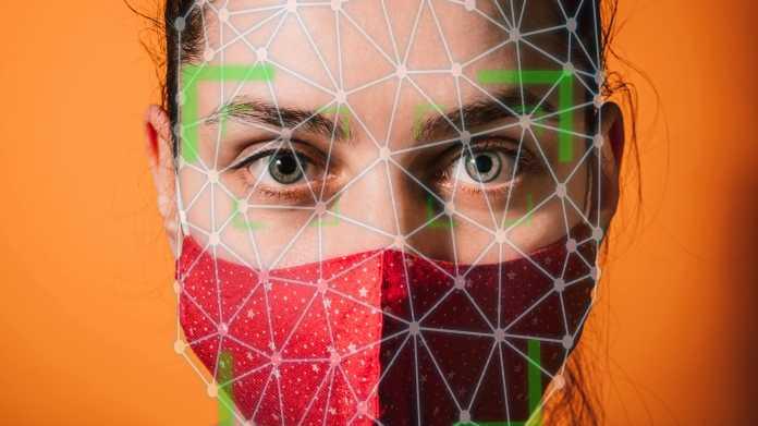 Porträt einer Frau mit Gesichtsmaske
