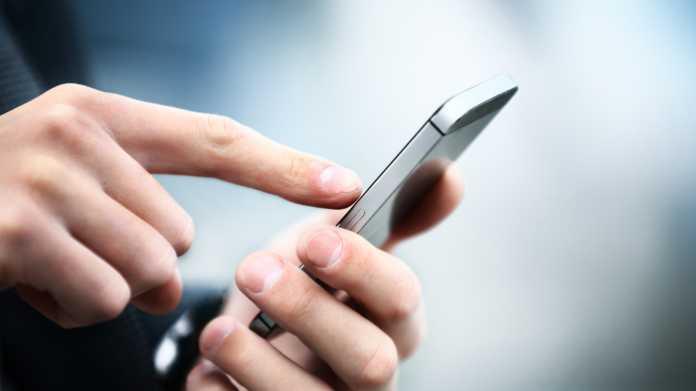 Jemand tippt auf ein Handy