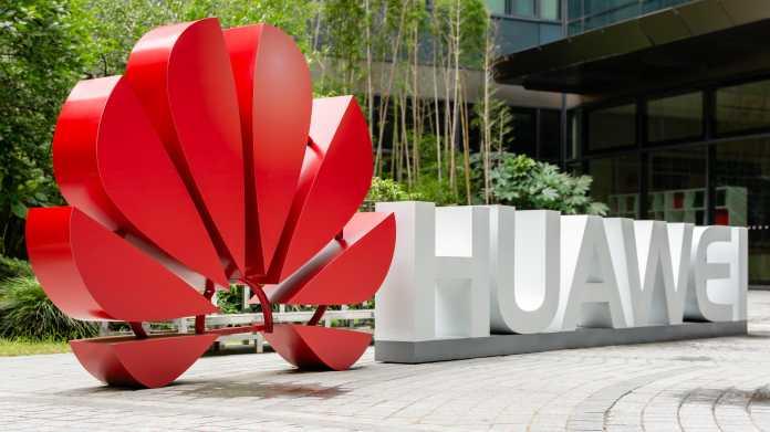 Huaweis Logo und Schriftzug in 3D ausgestellt im Freien