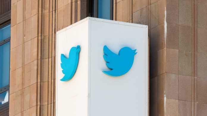 Blaues Twitter-Logo auf einer weißen Säule
