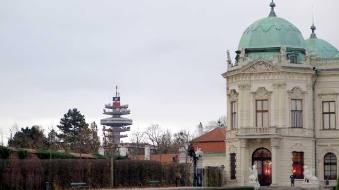 "Barockes Schloss, großer Funkturm mit Logo ""A1"""