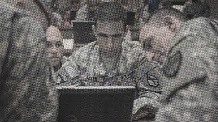 Drei Soldaten der US-Army um einen Laptop geschart