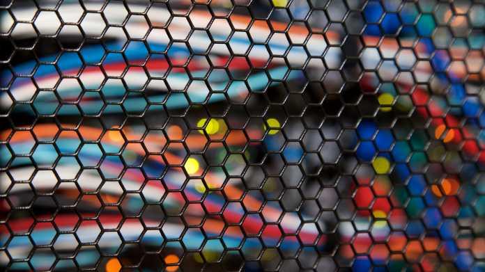 Netzwerkkabel hinter Gitter