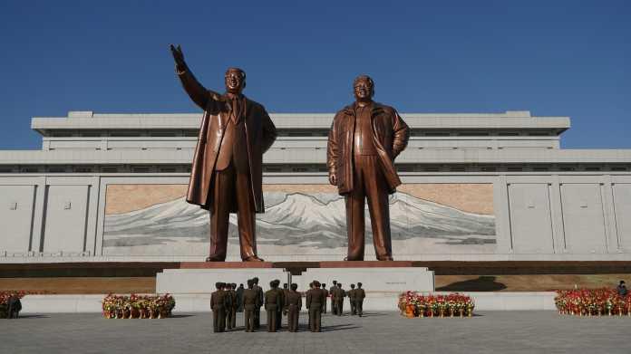 Überlebensgroße Bronzestatuen Kim Il-sungs und Kim Jong-ils